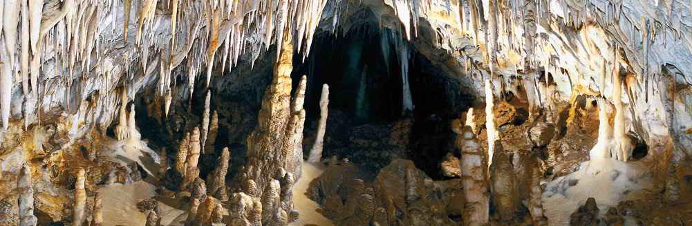 Zona superior de la Galería de las Columnas de la Cueva El Soplao