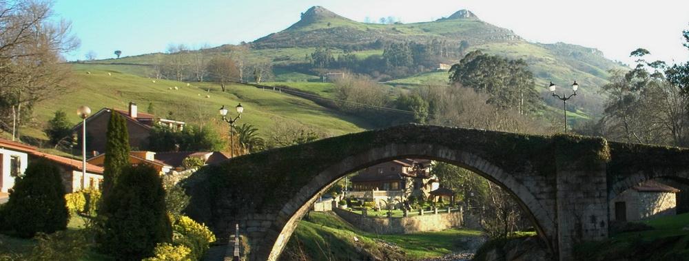 """Puente medieval de Liérganes, con la famosas """"Tetas de Liérganes"""" como telón de fondo"""