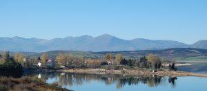 Alto Campoo reflejado en las aguas del embalse del Ebro en Arroyo