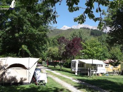 Con los Picos de Europa de fondo camping la Isla Picos de Europa