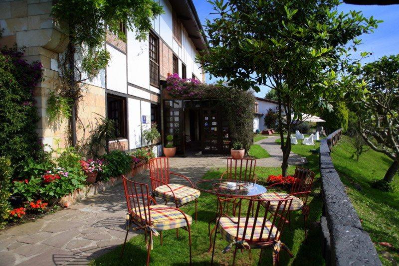Hotel colegiata hotel c ntrico con piscina en santillana - Piscinas en santander ...