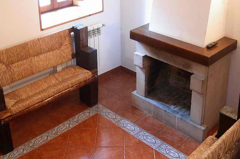 Casa Rural Pocotrigo salón con chimenea Cantabria Cantabriarural