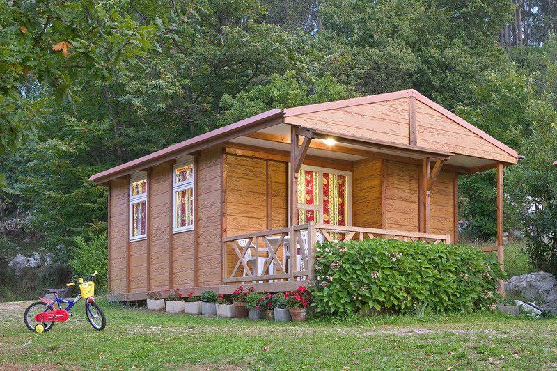 Camping y bungalows el helguero camping cerca de comillas for Bungalows dentro del mar