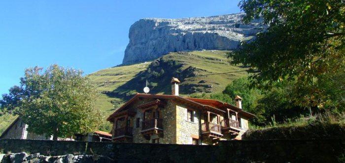 Casucas de Asón, casas rurales en la cascada de Asón, casas rurales Valle de Asón