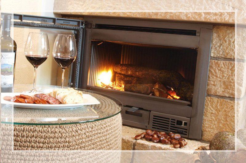 Chimenea de los Uno de los dormitorios de Cocina de los Apartamentos Sierra del Osos, Apartamentos en Potes Cantabria
