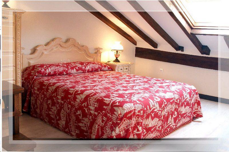 Uno de los dormitorios de Cocina de los Apartamentos Sierra del Osos, Apartamentos en Potes Cantabria