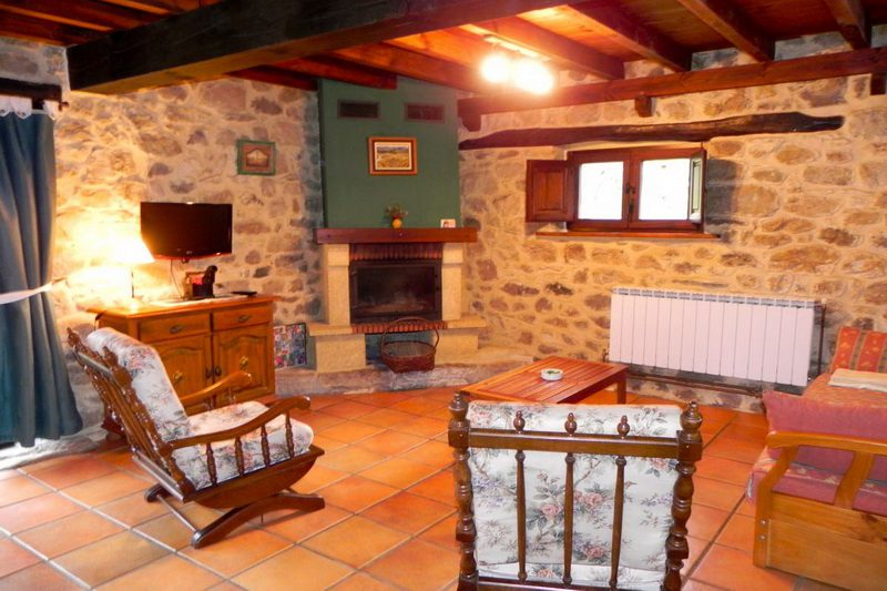 Casa Rural Casa de la Sierra Casa rural en Totero de Cayon Cantabria Salón con Chimenea