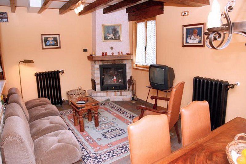 Casa Rural El Yunque Casa rural en Galizano Cantabria Salón con chimenea