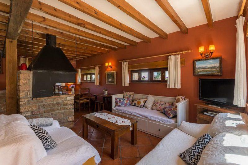 Casa rural Casavieja Casa rural en Hoz de Abiada Campoo Cantabria Salón con Chimenea