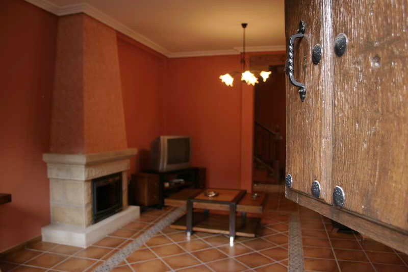 Casa rural El Quintanal Casa rural en Villacarriedo Valles Pasiegos Cantabria salón visto desde la puerta de entrada