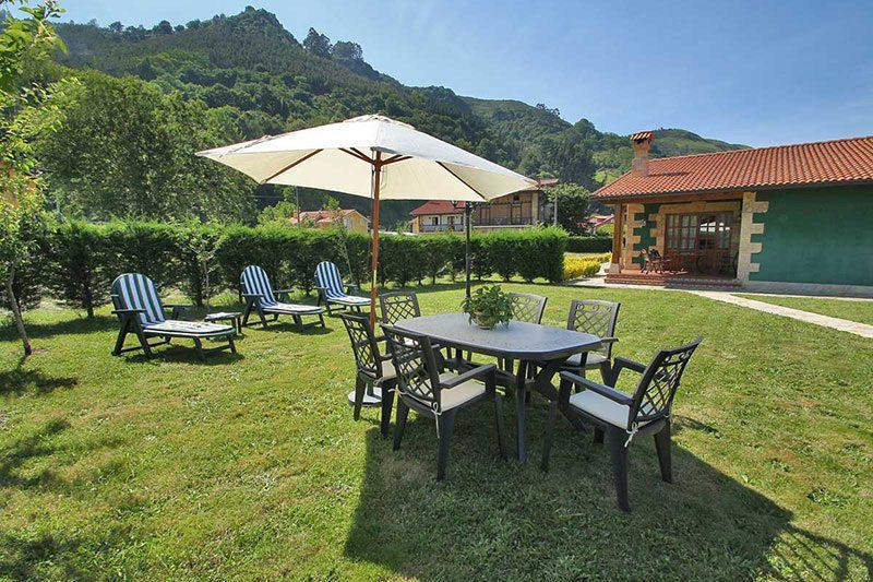 Casa rural El Rincón de Lalo Casa rural en Corvera de Toranzo Cantabria Jardín con mobiliario