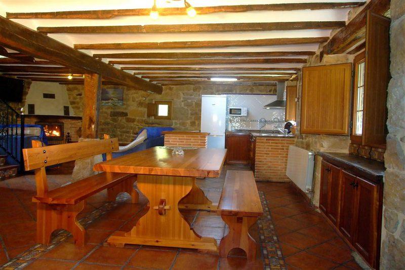 Casa rural Finca El Cerro Cabana Pasiega en Bustantegua Selaya Cantabria  Salón comedor con chimenea