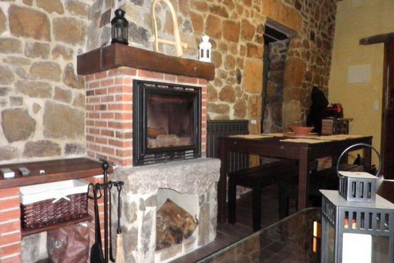 Casa rural La Charruca Casa rural en Abionzo Valles Pasiegos Cantabria  Salón con Chimenea