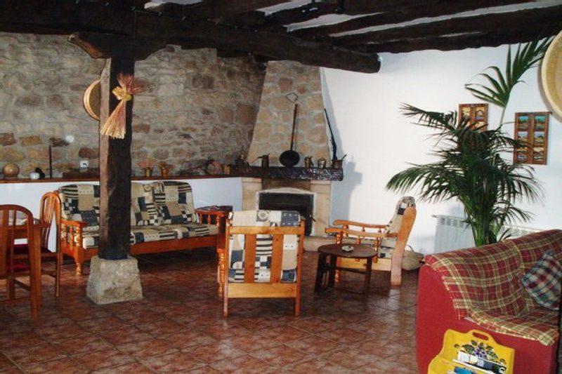 Posada Peñasalve Posada rural en Villamoñico Cantabria Salón con chimenea