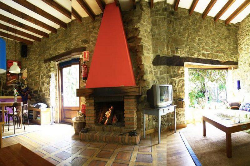 Posada de Tollo Casa rural en Tollo Vega de Liebana Cantabria salón con Chimenea