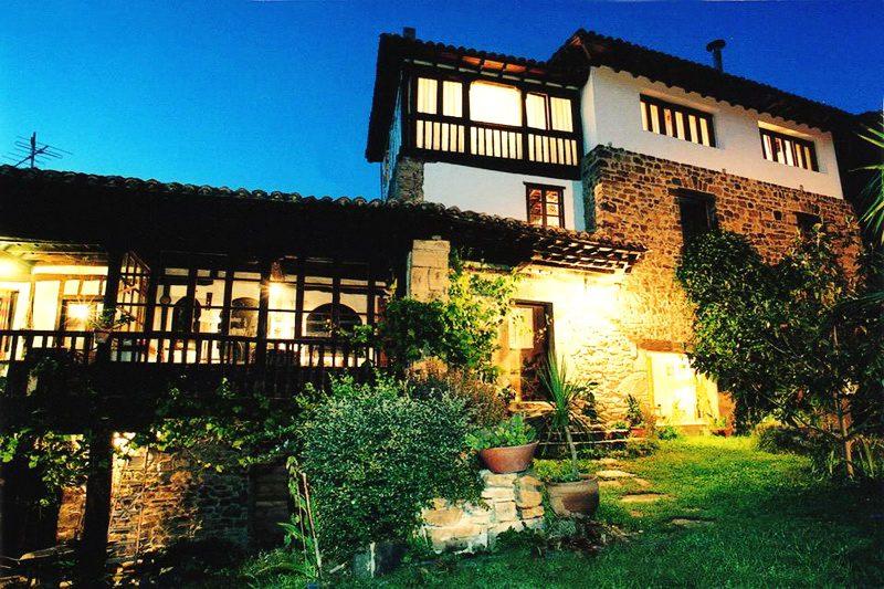Posada de Tollo Casa rural en Tollo Vega de Liebana Cantabria Exterior nocturna