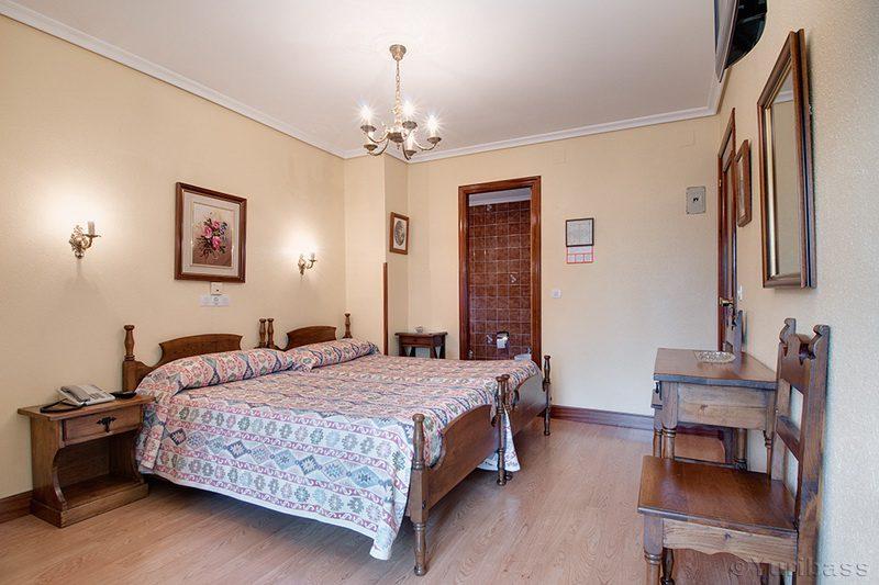 Detalle de habitación doble del Hotel Riotuerto, Hotel familiar cerca de Cabarceno en La Cavada Cantabria
