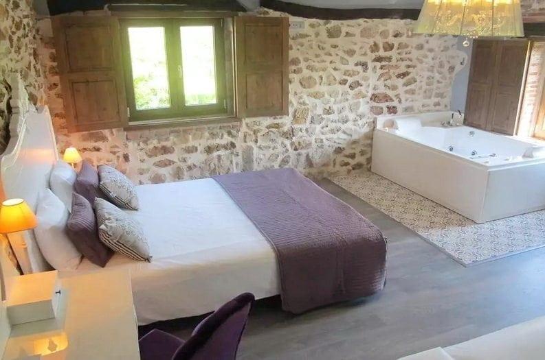 Habitación con Jacuzzi de la Posada La Corralada, Posada rural con Jacuzzi en Pamanes, Cantabria Posada rural con jacuzzi cabárceno