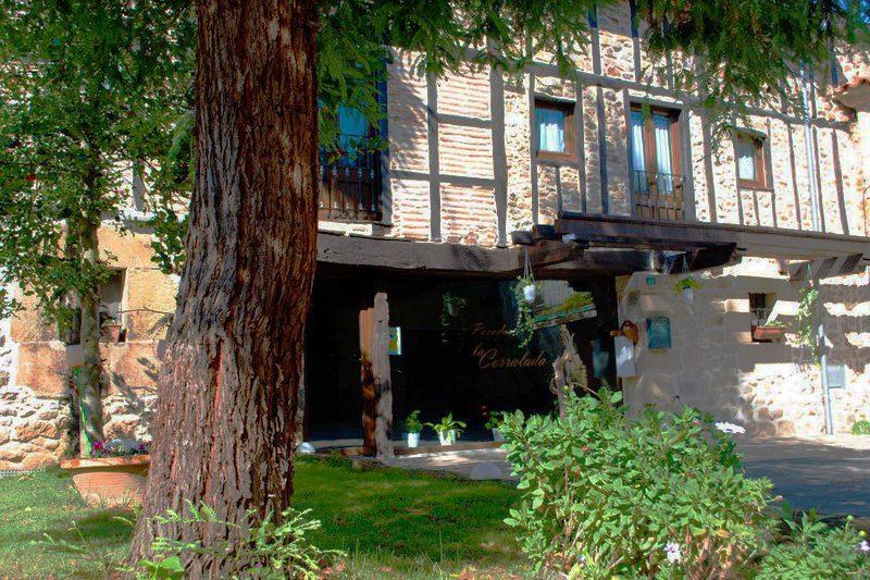 Porche de la Posada La Corralada, Posada rural con Jacuzzi en Pamanes, Cantabria Posada rural con jacuzzi cabárceno