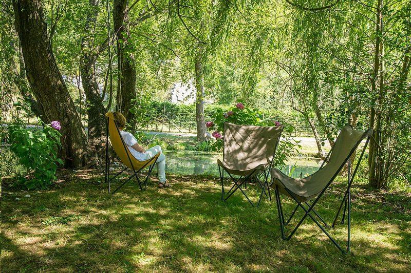 Disfrutando del jardin de la Casa Rural en Ruente, Posada rural La Fuentona