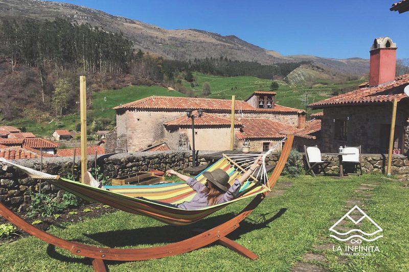 casa rural en carmona cantabria, Posada La Infinita Rural Boutique Descansando en la amaca del jardín