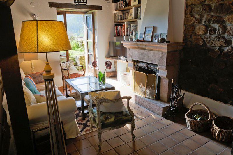 Salón con chimenea en la casa rural en carmona cantabria, Posada La Infinita Rural Boutique