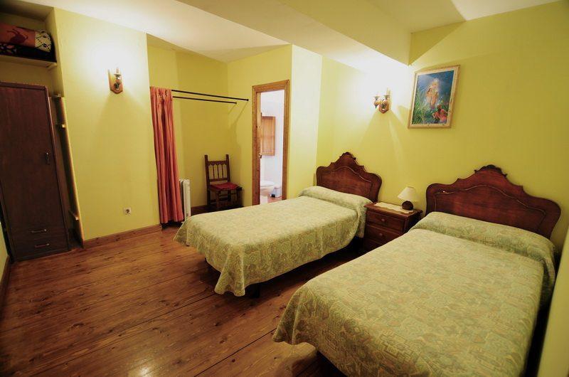 Habitación con dos camas en la Casa rural en Cicera Posada La Escuela de Cicera