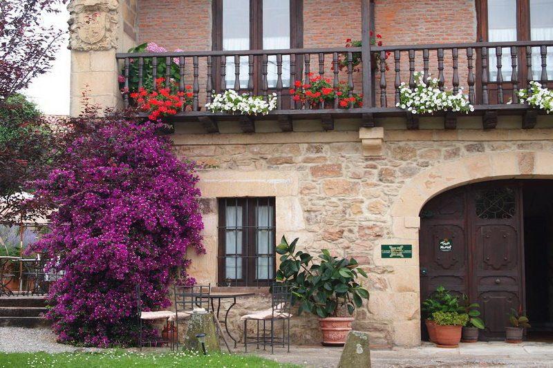 Hotel rural con encanto cerca de cabarceno casona de hermosa Buganvilla en la fachada