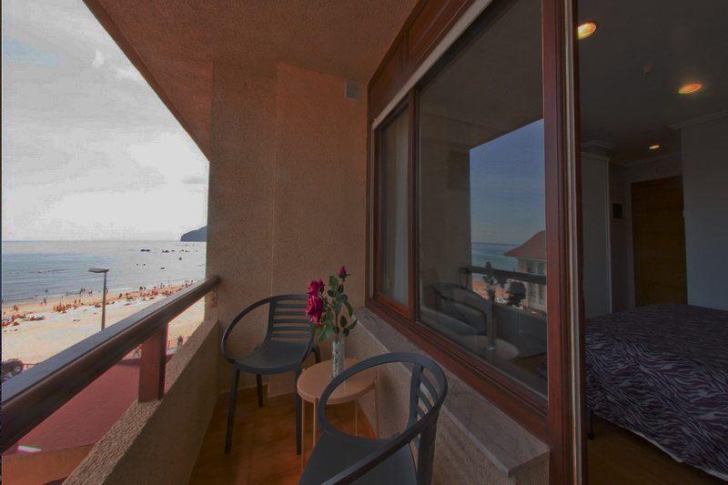 Terraza con vistas al mar desde el Hotel Las Olas Hotel en Noja Cantabria
