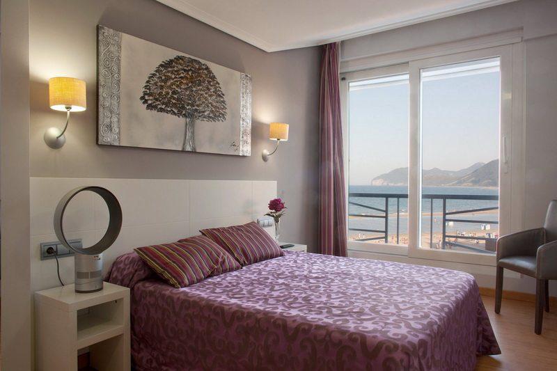 Habitación con vistas a la playa en el Hotel Las Olas Hotel en Noja Cantabria