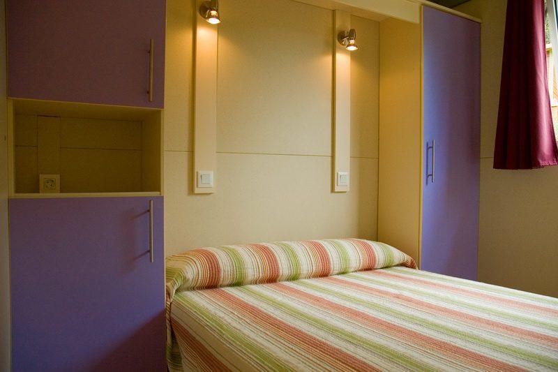 Dormitorio con cama de matrimonio de los Bungalows deCamping Bungalows El Helguero
