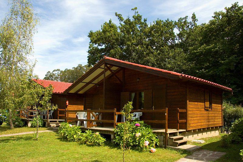 Vista frontal de los Bungalows de Camping Bungalows El Helguero