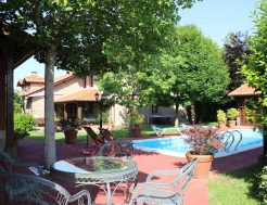 Jardín con piscina de la Casa rural Solallosa 112