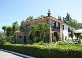 Jardín y terraza del Hotel Colonial de Santillana