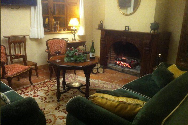 Salón con Chimenea del Hotel Colonial de Santillana