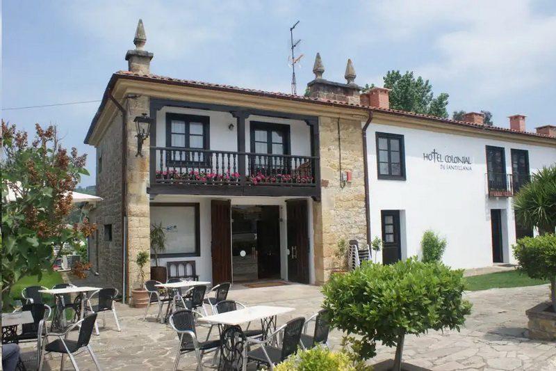 Fachada principal del Hotel Colonial de Santillana