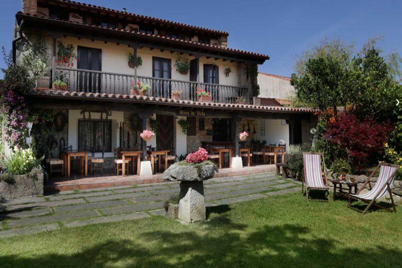Terraza desde el jardín de Posada Mies de Villa Posada en Somo Cantabria
