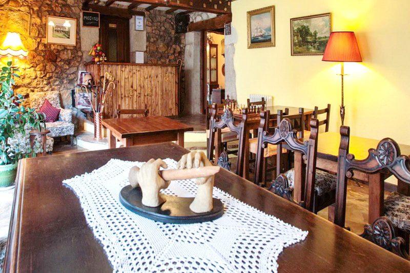 Gran mesa del Salón de Posada Mies de Villa Posada en Somo Cantabria