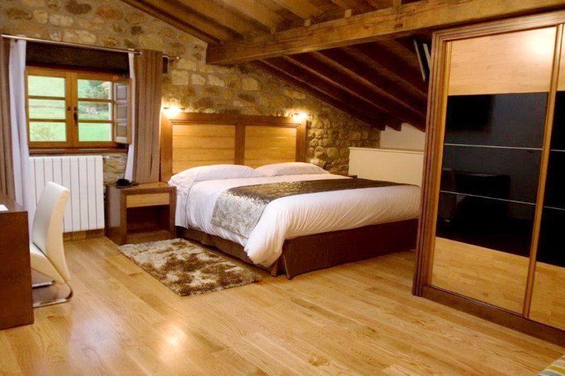 Habitación con cama de matrimonio de Hotel Siotes Valles Pasiegos