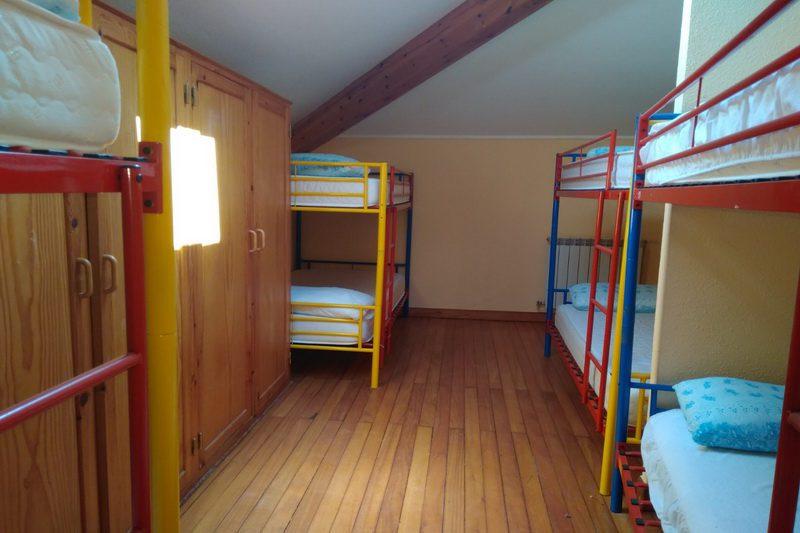 Dormitorio con literas del Albergue Cantabria Aventura