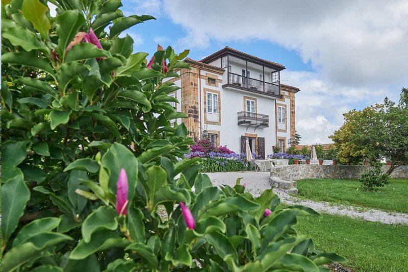 Jardín y fachada principal de La Tudanca