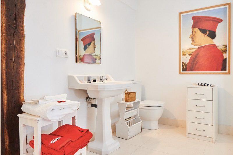 Los baños con una decoraciónmuy personalizada de La Tudanca