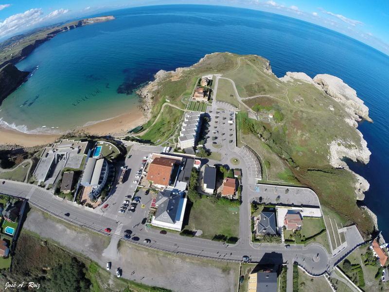 Vista aérea de los Apartamentos El Caserio Suances con la playa de los Locos