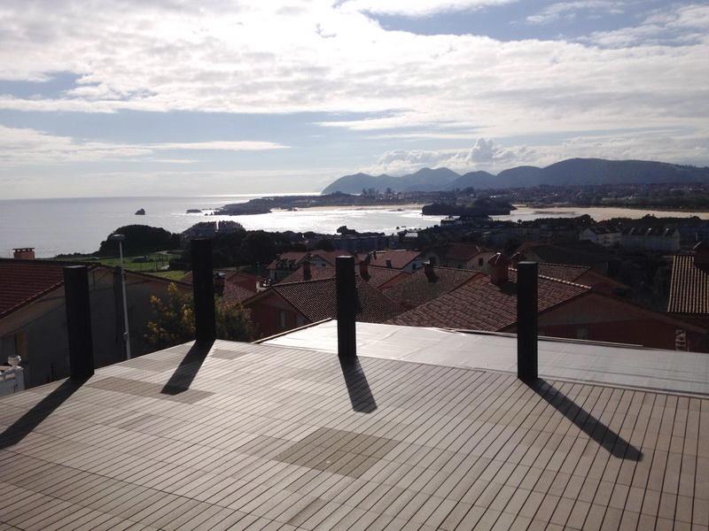 Vistas desde la terraza con el mar y la ensenada de Isla y Noja como telón de fondo de los Apartamentos Madera y Mar