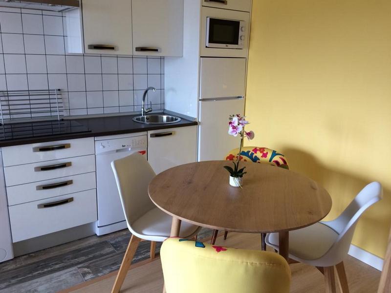 Mobiliario de cocina de los Apartamentos Madera y Mar