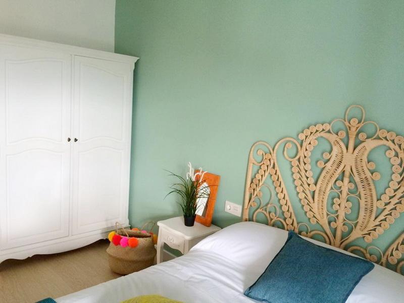 Habitación con cama de matrimonio en los Apartamentos Madera y Mar