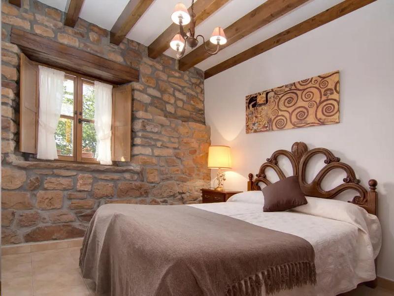 Uno de los dormitorios con cama de matrimonio de Cabaña EL Currillo
