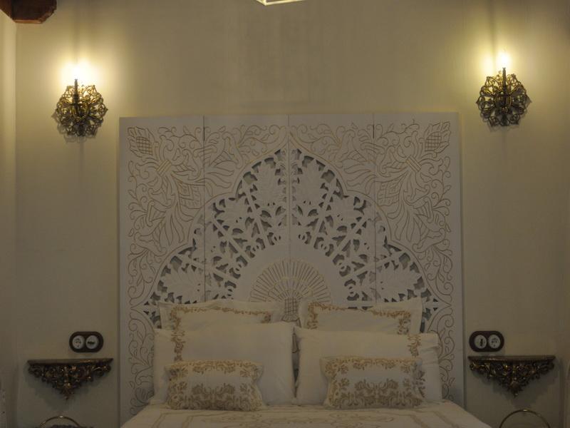Detalle del cabecero de la cama de matrimonio de Cabaña Val del Mazo