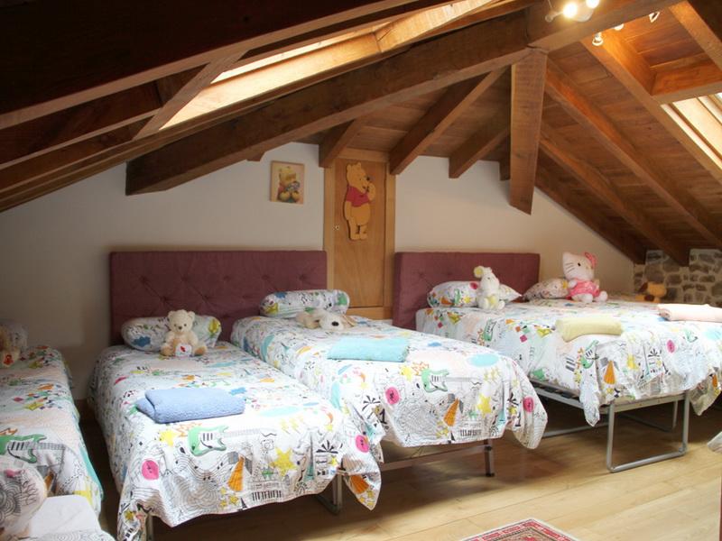 Habitación abuhardillada para niños de la Casa rural El Pilón