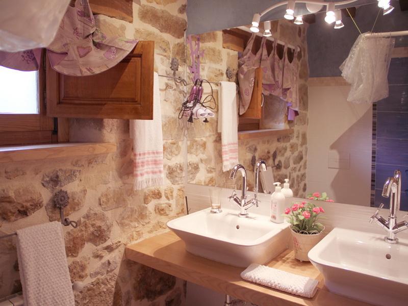 Baño y Lavabo de la Casa rural El Pilón